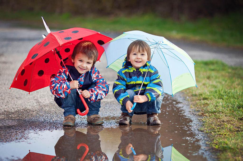 bambini con ombrello